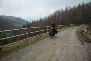 laura pedaleando en el valle de Leizaran